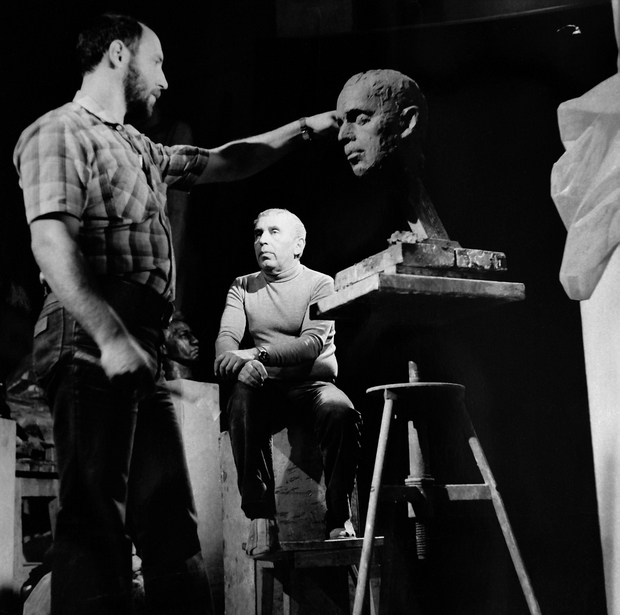 Скульптор Александр Рябичев работает над портретом отца скульптора Даниила Рябичева