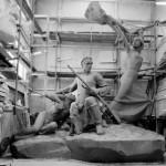 Скульптор Дмитрий Рябичев работает над композицией «Героям-дружинникам, участникам баррикадных боев на Красной Пресне»
