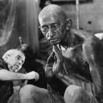 Скульптор Дмитрий Рябичев работает над памятником Махатме Ганди