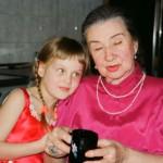 Валентина Ивановна Борунова (известный московский искусствовед) с внучкой Даниэлой Рябичевой