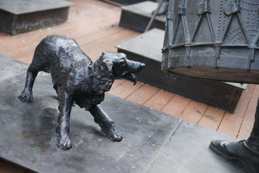 Собака была отлита в 2002 году в мастерской Александра Рябичева