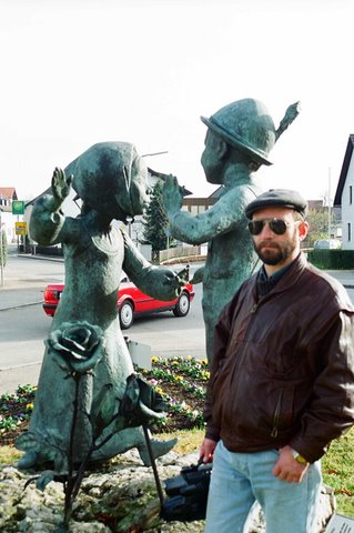 Скульптор Александр Рябичев на фоне скульптуры в Данкендорфе