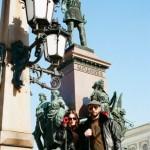 Александр и Александра Рябичевы у памятника русскому царю в Хельсинки