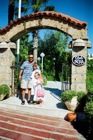 Александр Рябичев с дочерьми Софией и Даниэлой на отдыхе