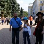 Скульптор Александр Рябичев с дочерьми Даниэлой и Софией на прогулке